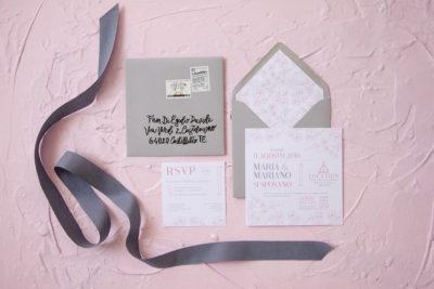 Partecipazione matrimonio rosa e grigio – M & M
