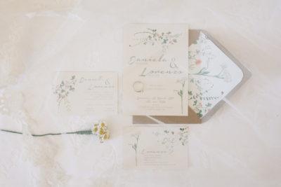 Partecipazioni di matrimonio romantiche con fiori di primavera
